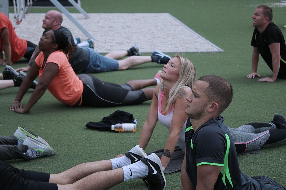 deelnemers blazen lekker uit op het outdoorterrein